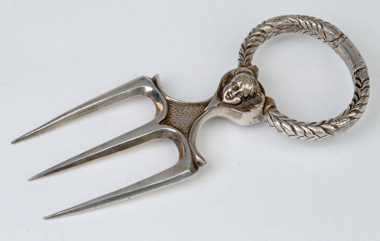 Antique Silver Plated Three Pronged Bread Fork with Angelic Heads In Good Condition For Sale In Bishop's Stortford, Hertfordshire