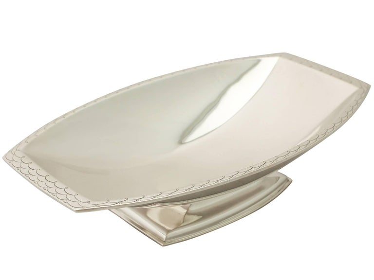 An exceptional, fine and impressive antique George VI English sterling silver bread dish in the Art Deco style; an addition to our range of ornamental silverware.