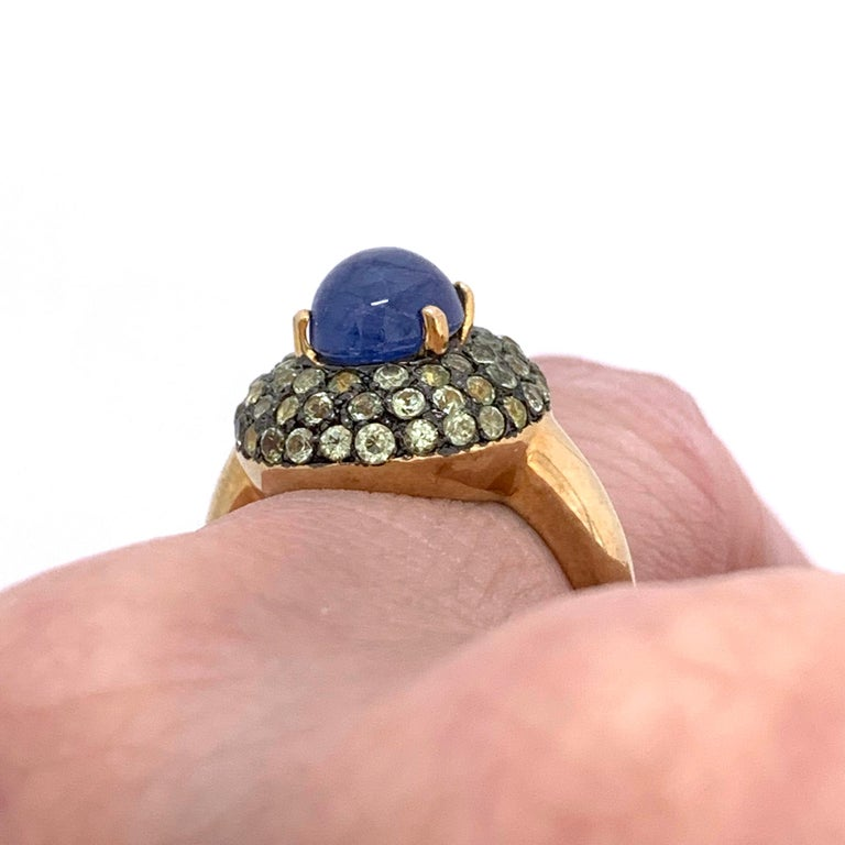 Antique-style Oval Sapphire and Peridot Bombe Cocktail Ring In New Condition For Sale In Los Angeles, CA