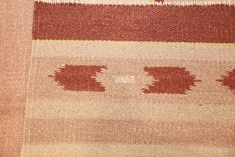 Scandinavian Modern Antique Swedish Kilim Rug. Size: 5 ft 4 in x 8 ft (1.63 m x 2.44 m) For Sale