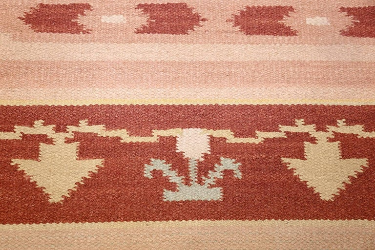 Antique Swedish Kilim Rug. Size: 5 ft 4 in x 8 ft (1.63 m x 2.44 m) In Excellent Condition For Sale In New York, NY