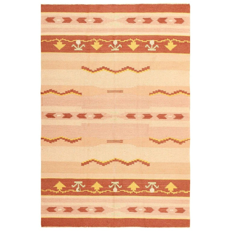 Antique Swedish Kilim Rug. Size: 5 ft 4 in x 8 ft (1.63 m x 2.44 m) For Sale