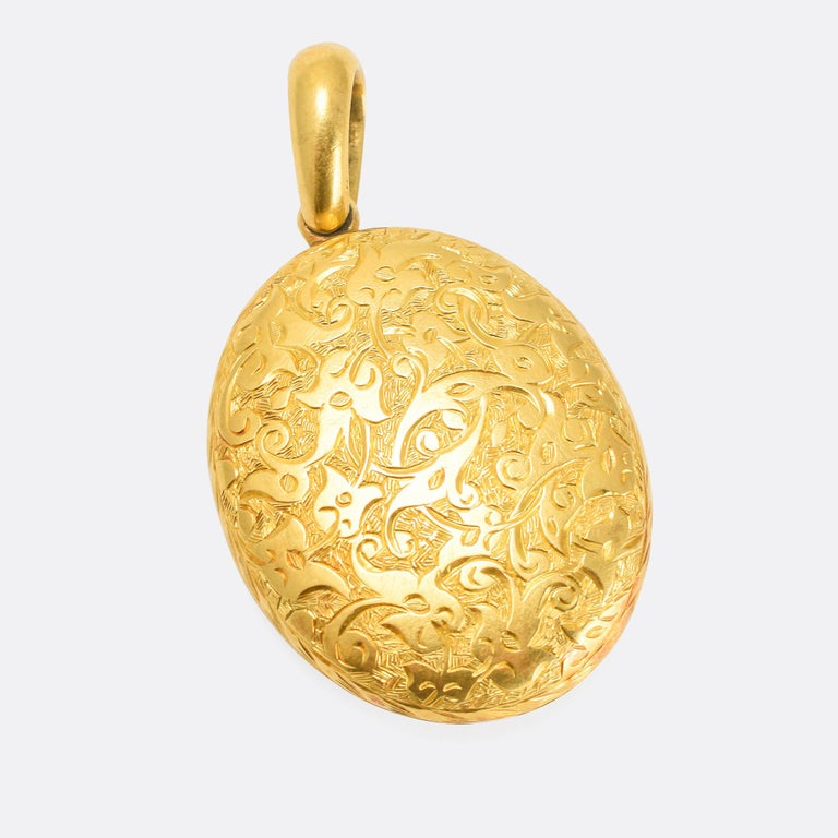 Antique Victorian 15 Karat Gold Foliate Chased Oval Locket Necklace In Good Condition For Sale In Sale, Cheshire