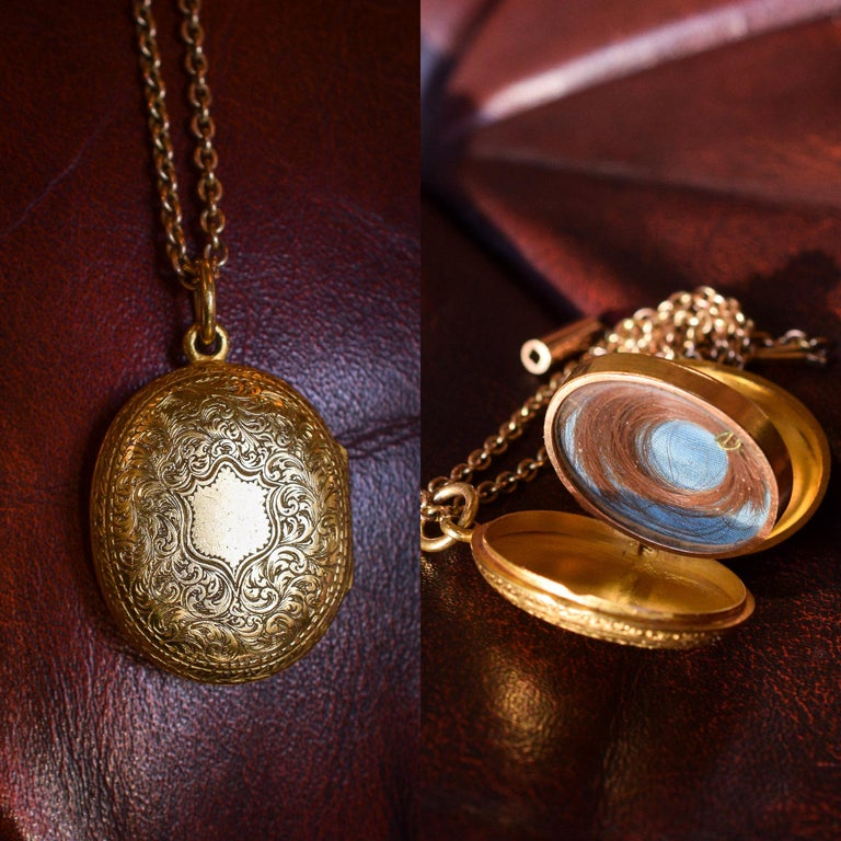 Antique Victorian 15 Karat Gold Oval Locket For Sale 3