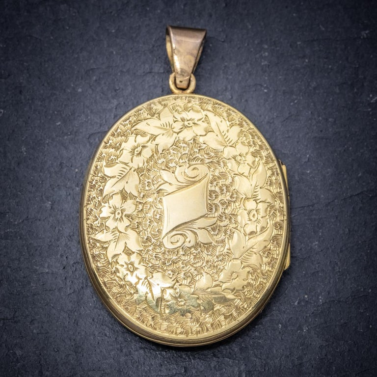 Antique Victorian Engraved 18 Carat Gold, circa 1880 Locket In Good Condition For Sale In Lancaster , GB