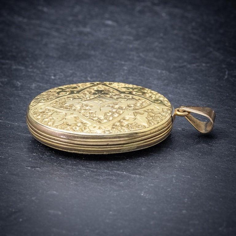 Antique Victorian Engraved 18 Carat Gold, circa 1880 Locket For Sale 1