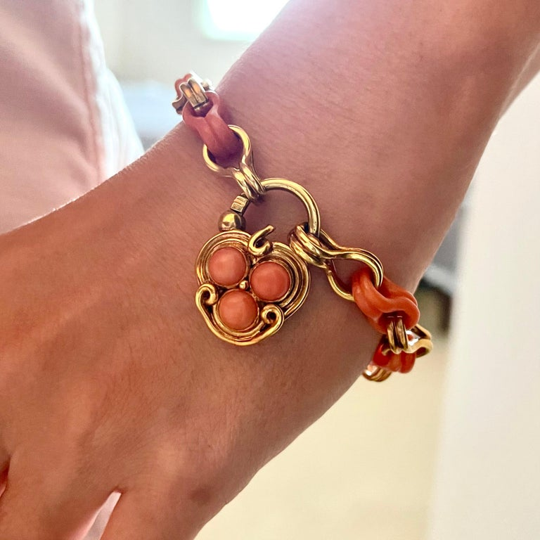 Antique Victorian Gold and Coral Link Bracelet with Padlock Clasp In Good Condition For Sale In New York, NY