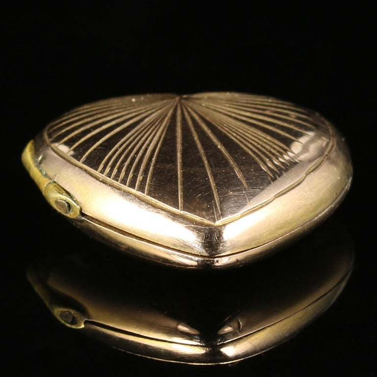 Antique Victorian Heart Locket 9 Carat Gold, circa 1900 In Excellent Condition For Sale In Lancaster, Lancashire
