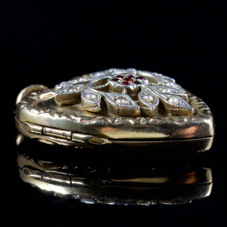 Antique Victorian Heart Locket Garnet Pearl 9 Carat Silver, circa 1900 For Sale 2