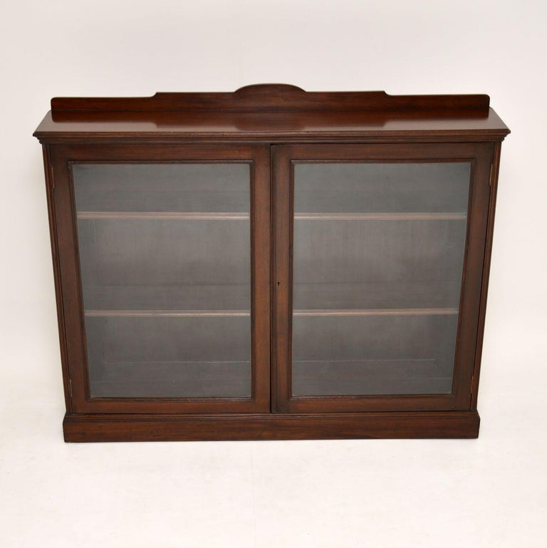 This antique late Victorian mahogany bookcase is very fine quality and quite narrow from front to back.  It's in very good original condition and dates from the 1890-1900 period.  The doors and central beading are reeded and the top of this