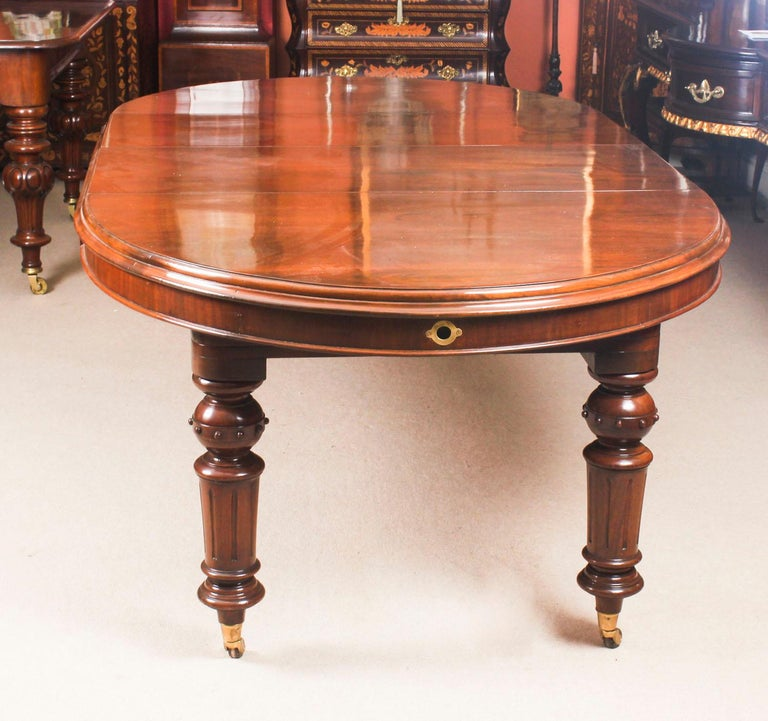 Antique Victorian Oval Dining Table 19th Century and 8 Bar Back Dining Chairs In Good Condition For Sale In London, GB