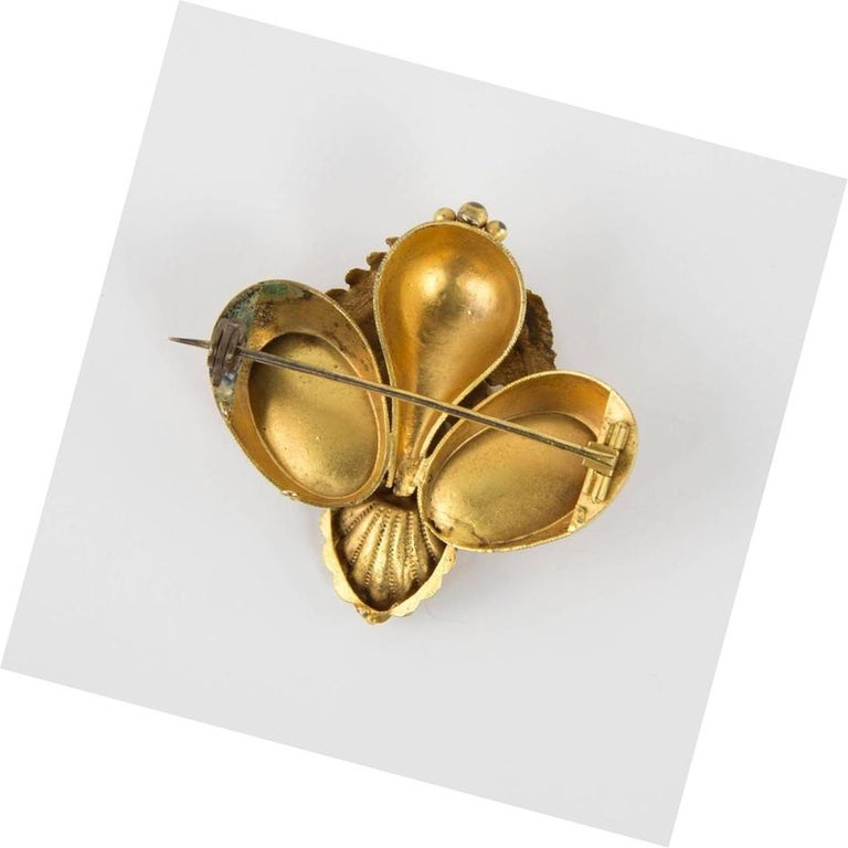 Antique Victorian Shell and Leaf Motif Gold Brooch Pin Estate Fine Jewelry In Excellent Condition For Sale In Montreal, QC