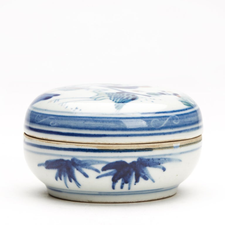 Antique/Vintage Chinese Wucai Glazed Figural Box, Late 20th Century In Good Condition For Sale In Bishop's Stortford, Hertfordshire