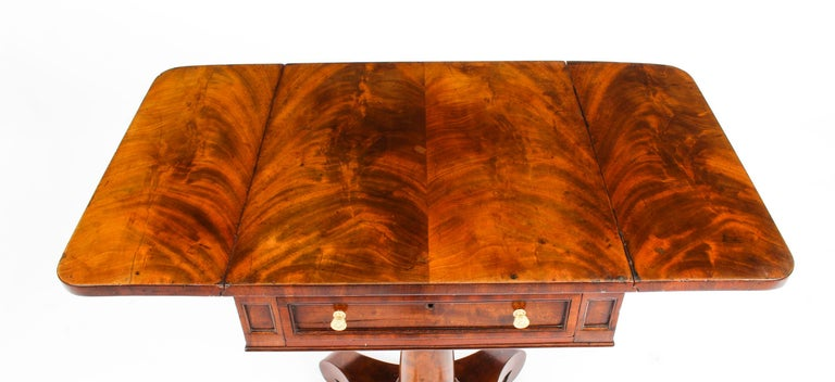 Antique William IV Flame Mahogany Drop-Leaf Work Table, 19th Century In Good Condition For Sale In London, GB