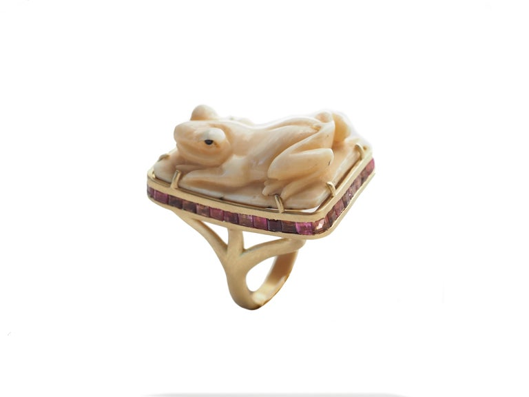 Round Cut Antiques Japanies Netsuke 18 Karat Gold Rose Sapphire Ring For Sale