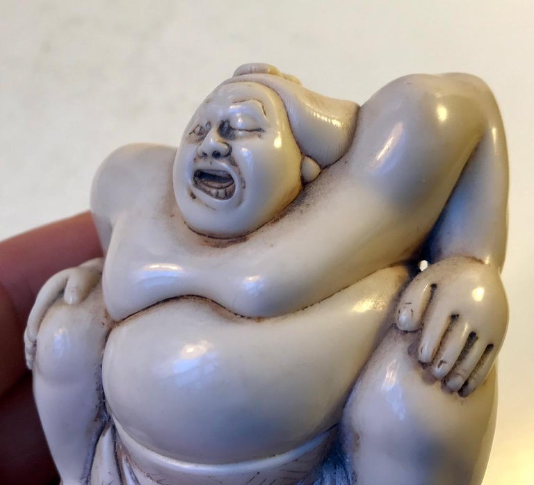 Japanese Sumo Wrestler Figurine in Carved Bone, 1900s In Good Condition For Sale In Esbjerg, DK