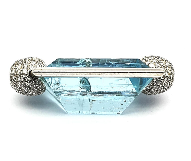 Aquamarine Clasp, 42.80 Carat in an 18K White Gold Frame & Pave Set Diamond Caps In New Condition For Sale In Den Haag, Zuid Holland