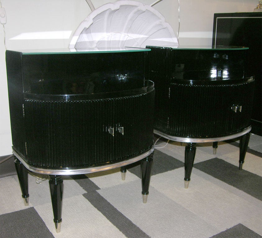 Pair of black lacquered and silver leaf fluted end tables for Table exit fly