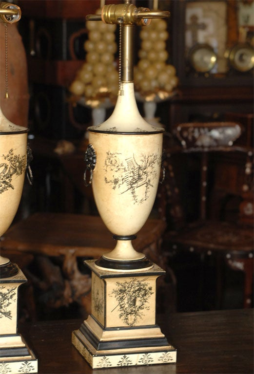 20th Century Pair of 18th Century Style Italian Tole Painted Lamps For Sale