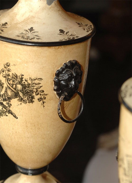 Pair of 18th Century Style Italian Tole Painted Lamps For Sale 3