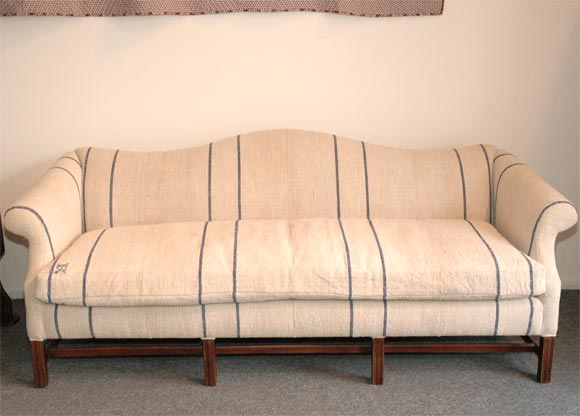 1930 39 s queen anne style camel back sofa in 19thc linen at 1stdibs. Black Bedroom Furniture Sets. Home Design Ideas
