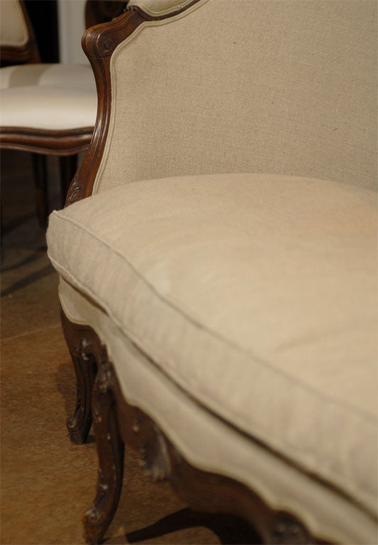French Louis XV Style Walnut Upholstered Canapé with Wraparound Back, circa 1850 For Sale 1