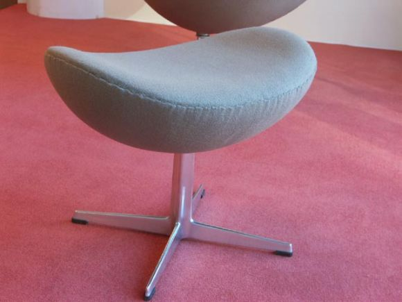 Pouf Design Egg Pouf Jacobsen : Egg chair and ottoman by arne jacobsen for fritz hansen at