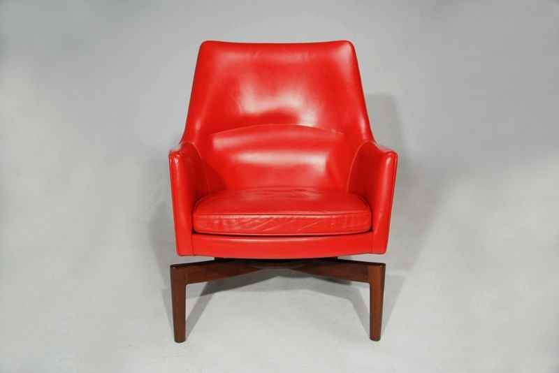 pair of leather and walnut lounge chairs by jens risom at 1stdibs