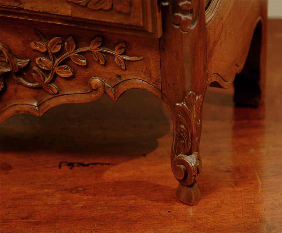 18th century french walnut tag re vitrine for sale at 1stdibs. Black Bedroom Furniture Sets. Home Design Ideas