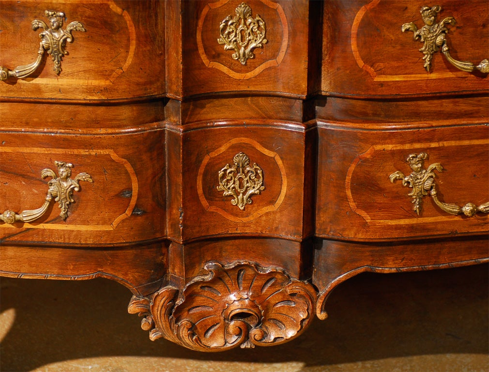 French 1750s Louis XV Period Walnut Commode en Arbalète in the Manner of Hache 4