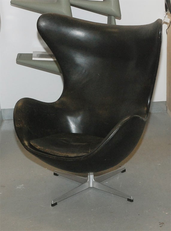 black leather original egg chair by arne jacobsen at 1stdibs. Black Bedroom Furniture Sets. Home Design Ideas