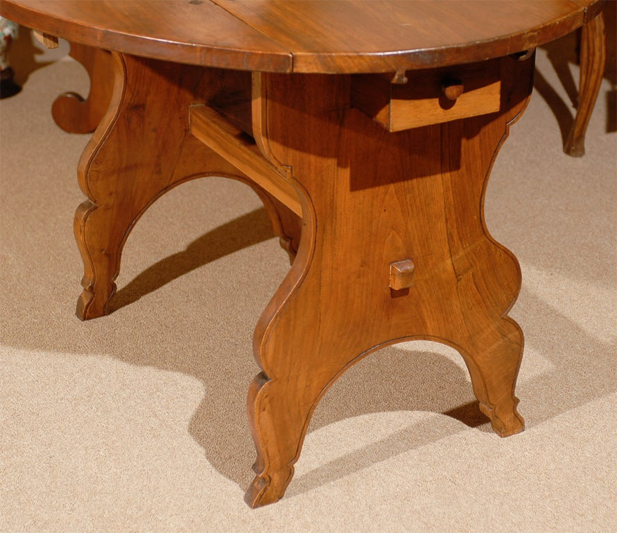 Oval Swiss Drop Leaf Table in Walnut, 18th Century In Excellent Condition For Sale In Atlanta, GA