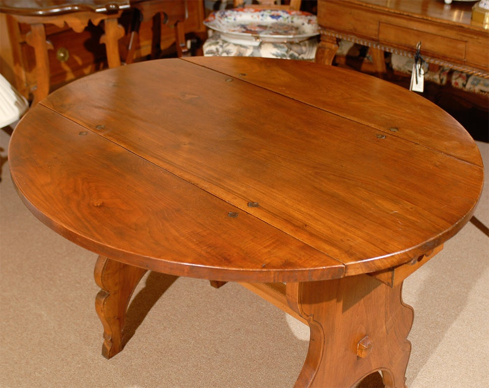 18th Century and Earlier Oval Swiss Drop Leaf Table in Walnut, 18th Century For Sale