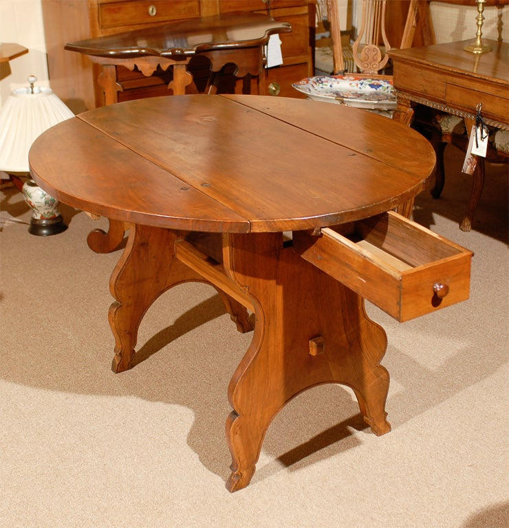 Oval Swiss Drop Leaf Table in Walnut, 18th Century For Sale 1