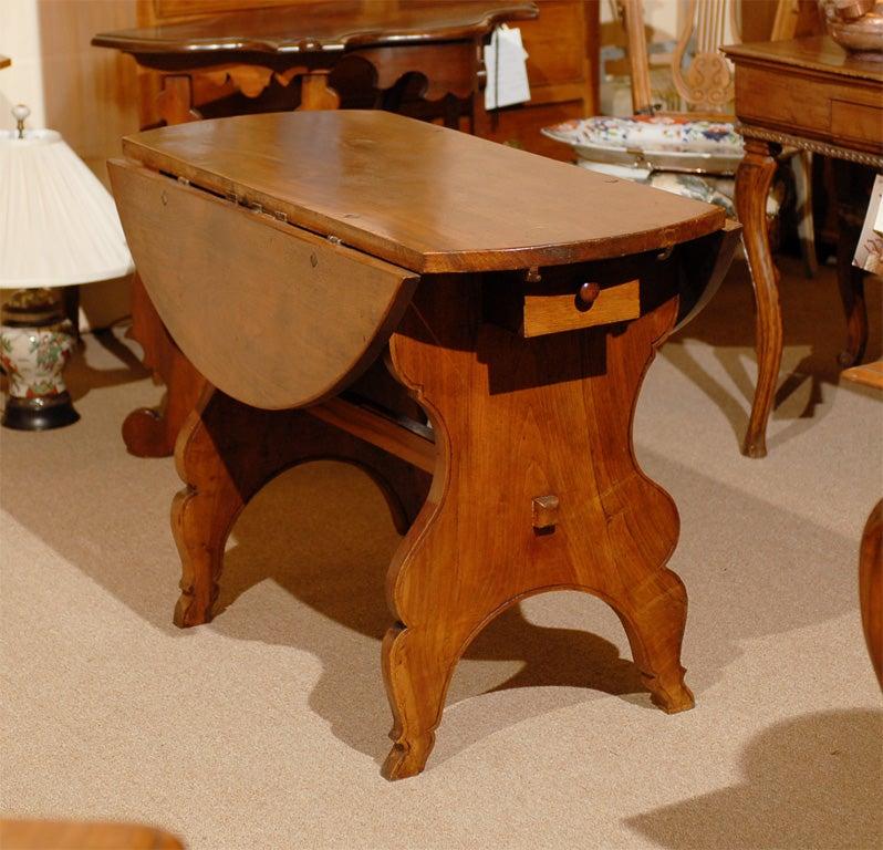 Oval Swiss Drop Leaf Table in Walnut, 18th Century For Sale 5