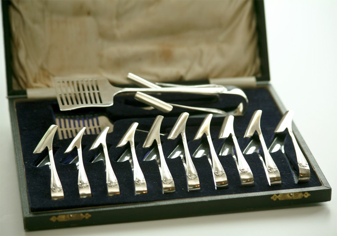 Silver Plate Fitted Boxed Set of Asparagus Server and Holders In Excellent Condition For Sale In Great Barrington, MA