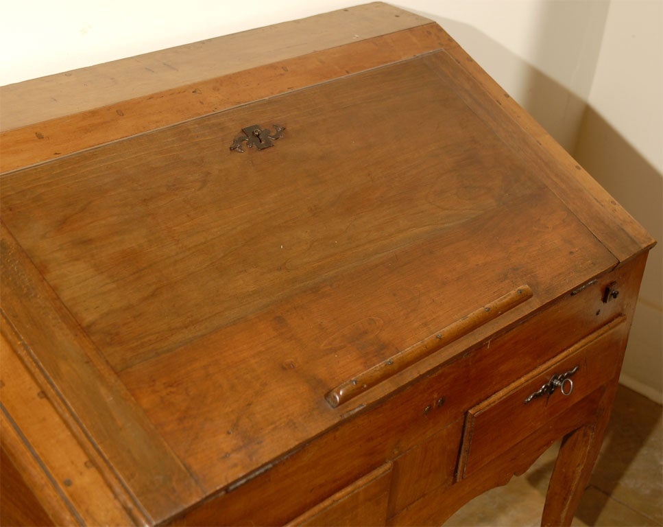 French 1750s Louis XV Walnut Slant Front Desk with Drawers and Cabriole Legs For Sale 4