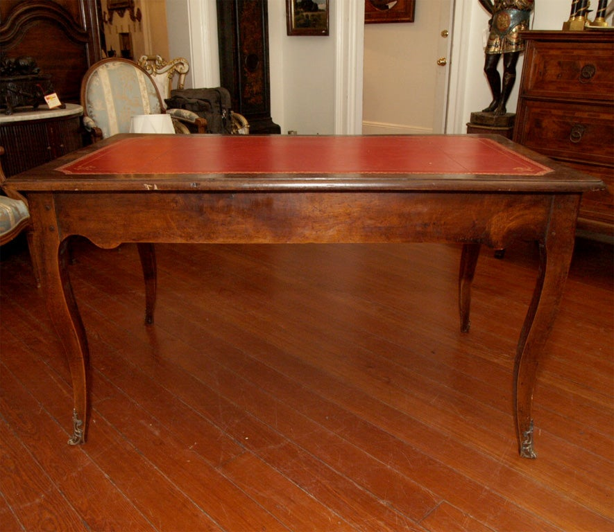 Louis xv walnut provencal bureau plat for sale at 1stdibs for Bureau louis xv