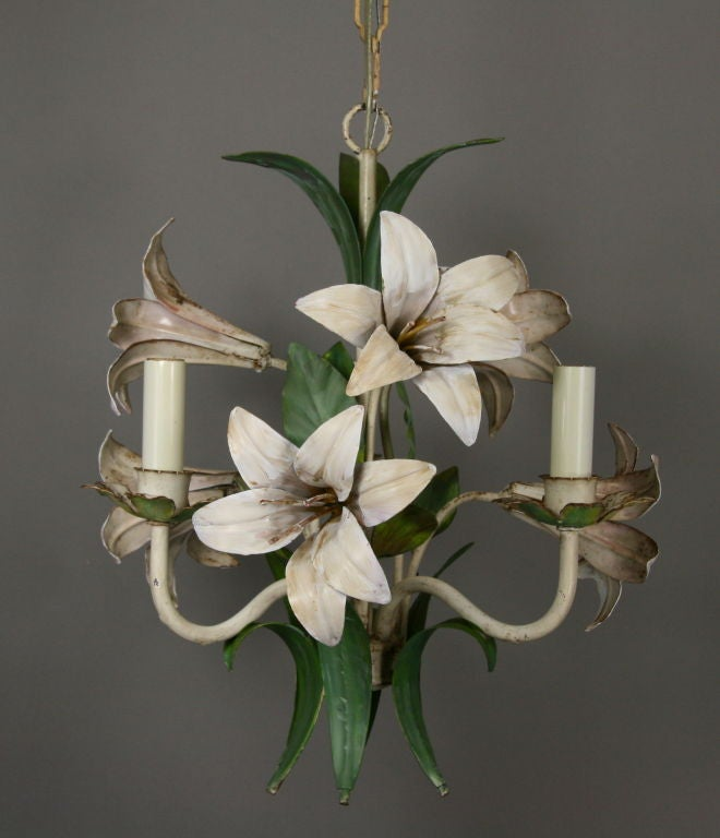 Italian Lilies Tole Chandelier In Good Condition For Sale In Douglas Manor, NY
