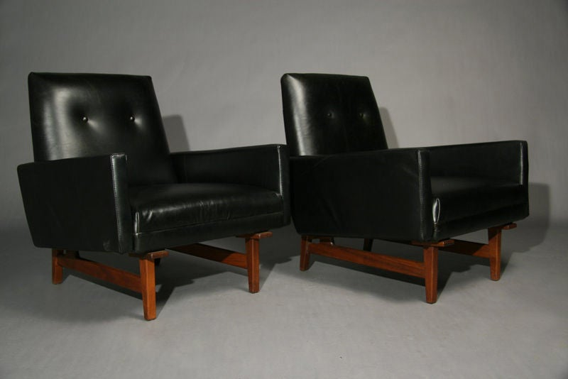 pair of dark leather and walnut lounge chairs by jens risom at 1stdibs
