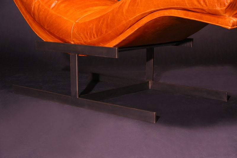 An s curved leather chaise longue with solid bronze base for Chaise longue pour bronzer