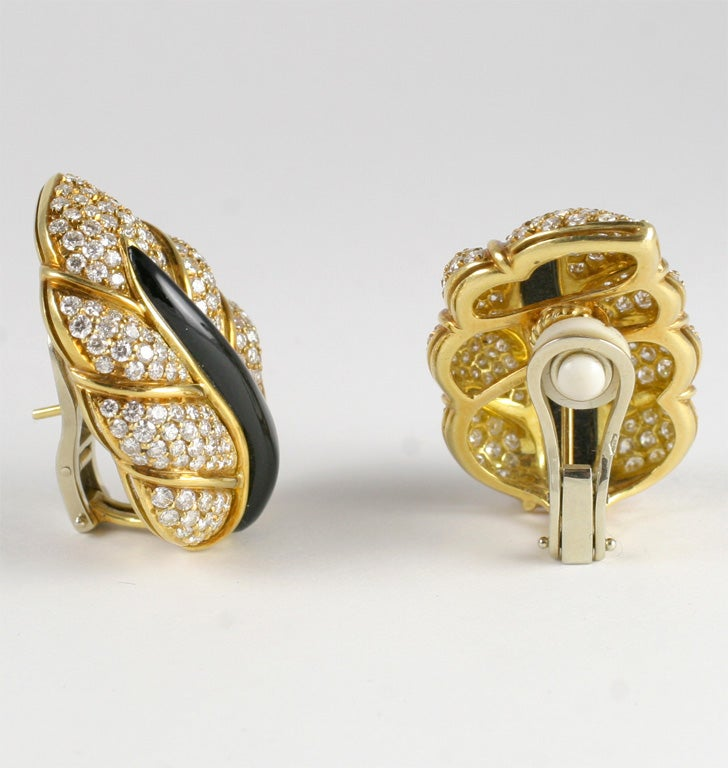 18kt Yellow Gold, Diamond & Onyx Clip-on Leaf Earrings In Excellent Condition For Sale In New York, NY