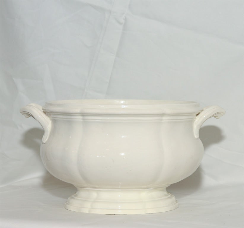 An 18th Century  Creamware Soup Tureen In Excellent Condition For Sale In New York, NY