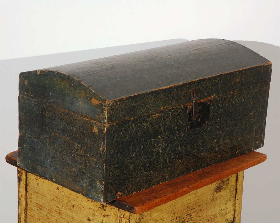 19th Century Original Paint Decorated Dome Top Box from Pennsylvania In Excellent Condition For Sale In Los Angeles, CA