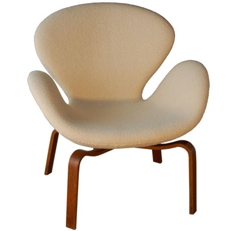 Arne jacobsen swan chair rare wood legs at 1stdibs for Swan chair nachbau