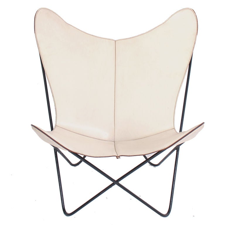 sculptural butterfly chair in original white leather at 1stdibs. Black Bedroom Furniture Sets. Home Design Ideas
