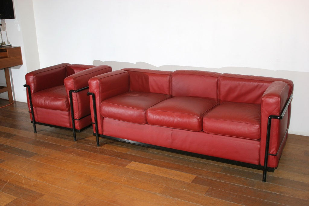 cassina le corbusier lc2 sofa and chair in red leather c. Black Bedroom Furniture Sets. Home Design Ideas
