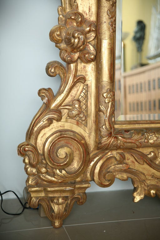 Fine and Monumental Italian Baroque Giltwood Mirror For Sale 3
