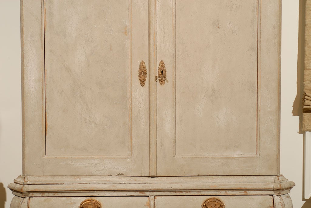 Dutch Rococo 1790s Painted Linen Press with Carved Crest, Doors and Bombé Chest In Good Condition For Sale In Atlanta, GA