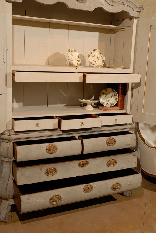 Dutch Rococo 1790s Painted Linen Press with Carved Crest, Doors and Bombé Chest For Sale 1